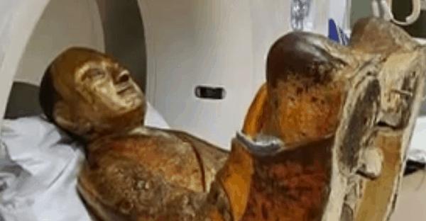 une momie à l'intérieur d'un Boudha