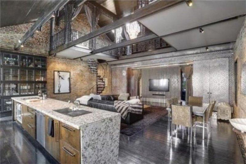 Un plan ouvert au premier étage sur la cuisine, la salle à manger et le salon