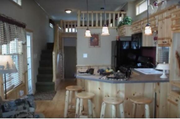 Cette petite maison mobile accueille jusqu 39 6 personnes mais c 39 est l 39 int rieur qui attire l for Maison unimodulaire prix