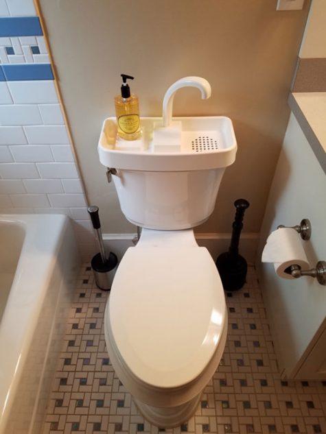 Utiliser l'eau du lavage des mains pour tirer la chasse d'eau