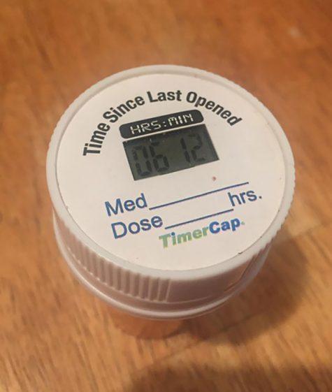 Un couvercle de flacon de pilules indiquant la dernière fois qu'il a été ouvert