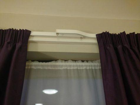 Des rideaux de chambre hôtelière se chevauchant afin d'éviter la lumière indésirable du jour
