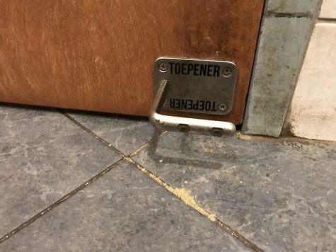 Ouvrir la porte du restaurant avec le pied afin d'éviter les germes
