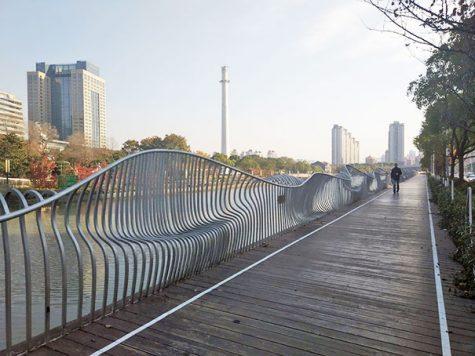 Une clôture servant aussi de banc
