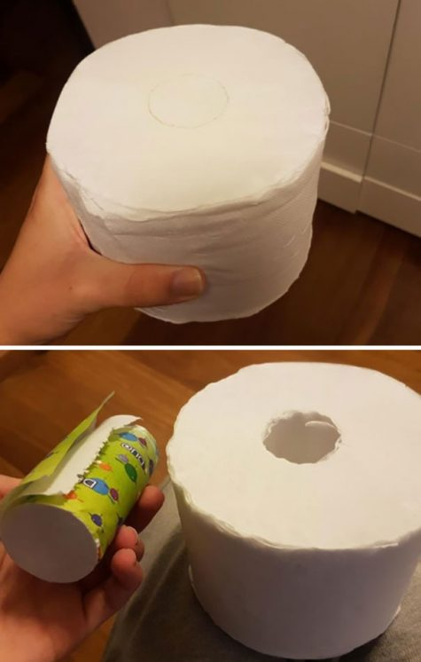 Un rouleau de papier toilette doté d'un rouleau en plus à emmener avec soi