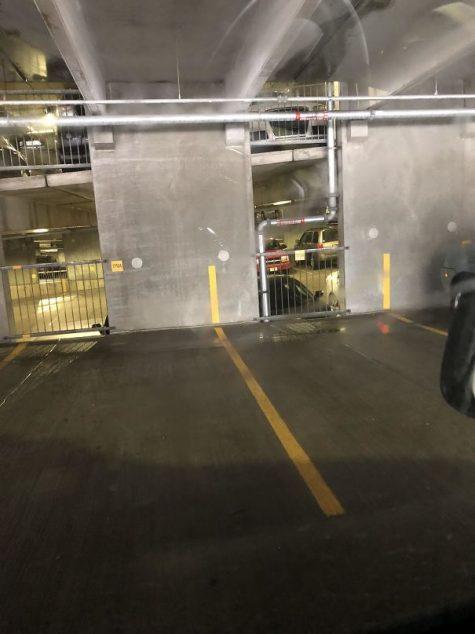 Des lignes de peinture jusqu'au mur pour aider au stationnement